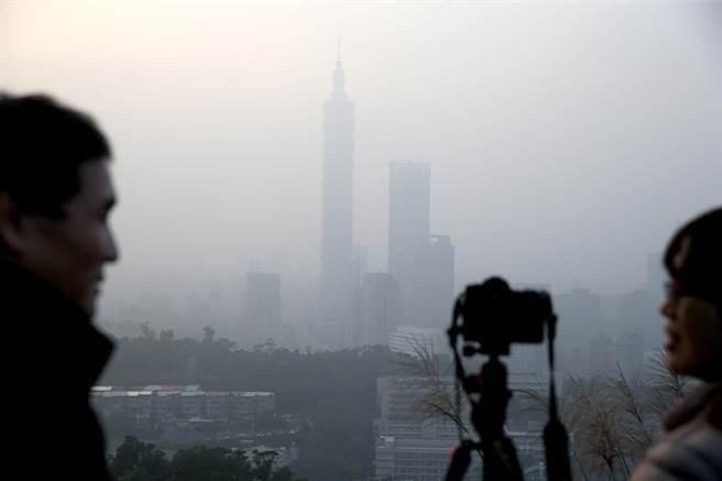 台灣29日空汙嚴重,大台北地區的空氣品質隨著入夜後逐漸惡化,傍晚台北市區已經霧濛濛一片,地標101大樓隱約可見。(王英豪攝)