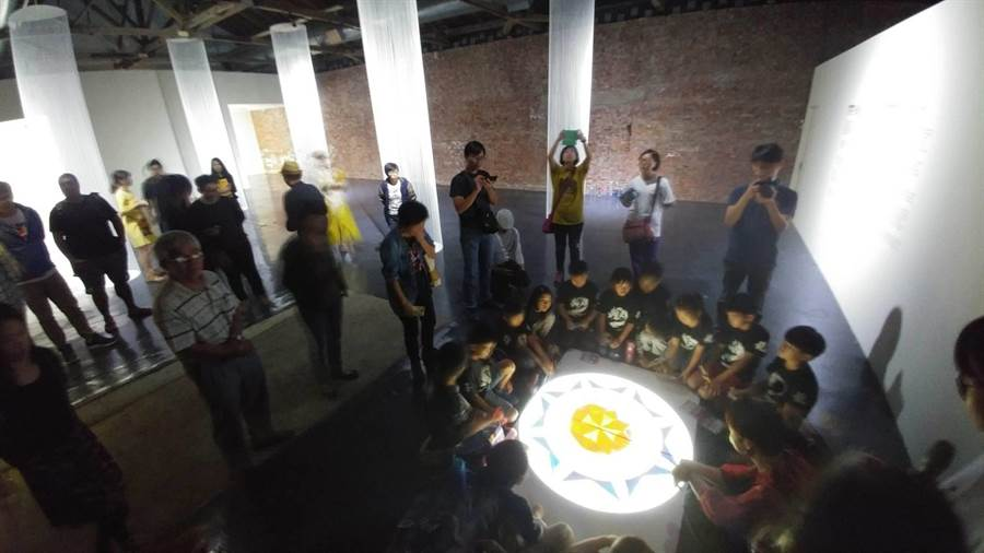 南市文化局與台美文藝協會合作,2017年啟動「台南—紐約對飛計畫」,互相推薦藝術家駐村交流,由紐約COPE NYC推薦的藝術家首度在蕭壠推出《蕭壠蒙太奇》聯展。(莊曜聰攝)