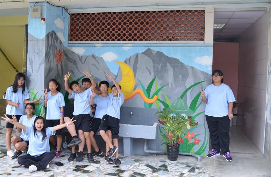 田寮國中校園彩繪讓廁所變身,吸引不少學生拍照。 (林雅惠翻攝)