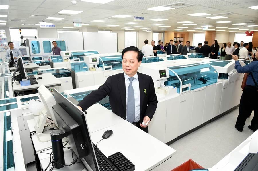 全台第一家「羅氏示範實驗室」29日在高雄開幕,威力德生醫公司董事長周國忠介紹全自動系統。(呂素麗攝)