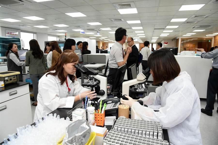 全台第一家「羅氏示範實驗室」29日在高雄開幕。(呂素麗攝)
