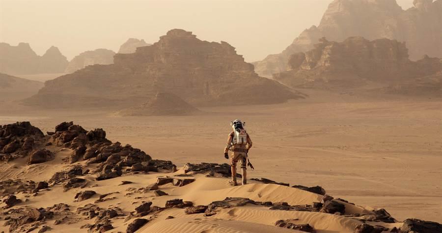 """就如電影極地救援所呈現的那樣,火星是個不毛之地,若要殖民火星,必須經過""""地球化工程""""。(圖/20世紀福斯)"""