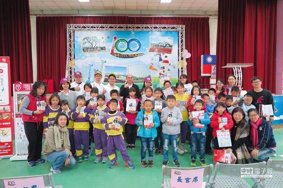 楊嘉俊(後排左三)發起到新竹縣尖石鄉新光國小等四間小學捐贈AED。圖/楊嘉俊提供