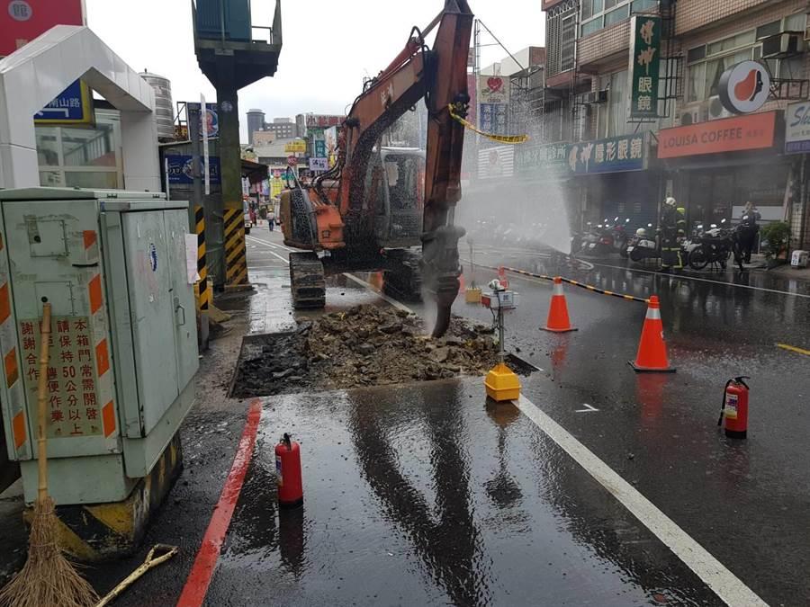 日鼎做汙水下水道不慎挖斷瓦斯管線,警消到場佈水線警戒。(蔡依珍翻攝)