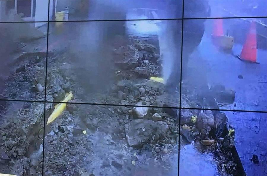 日鼎水務指出,因欣桃管線只淺埋20公分深、且沒有警示帶,才會誤挖,黃色部分即為管線。(蔡依珍翻攝)