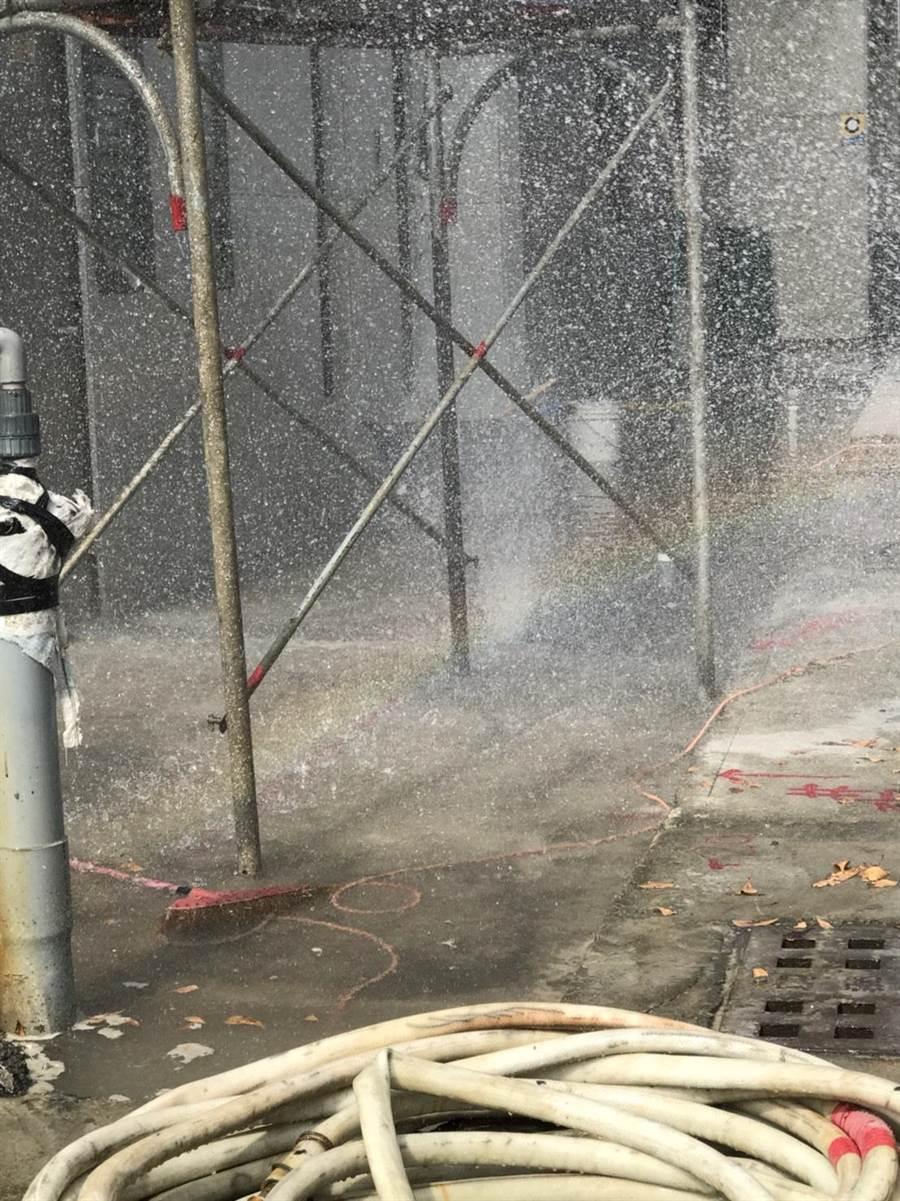 高雄市1處建築工地,30日不慎挖斷瓦斯管線,警消獲報後緊急派人到現場噴水稀釋。(林雅惠翻攝)