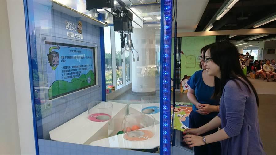 國資圖推出「水保防災起步走特展」,抓娃娃遊戲機也上場。(陳淑芬攝)