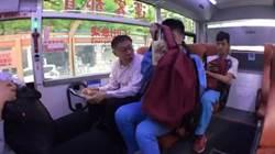 公車竟在眼前跑掉 柯P跳腳捶胸:完了完了!