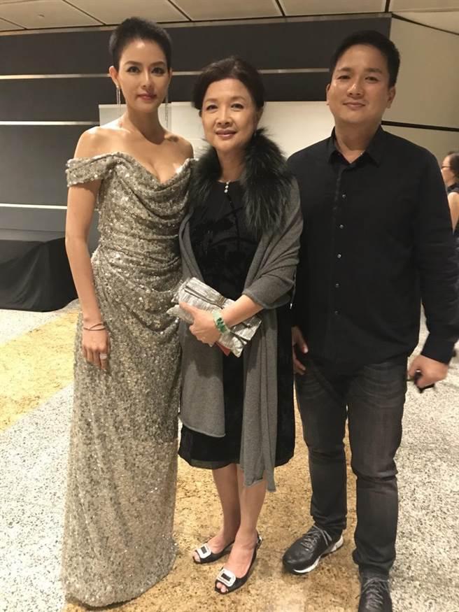劉香慈(左起)有婆婆及老公幫她加油打氣。(民視提供)