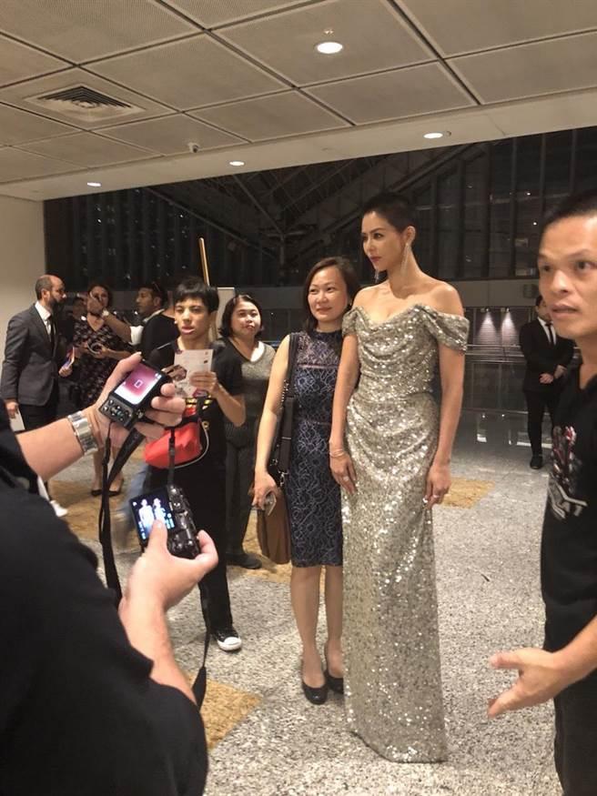 劉香慈在後台準備,遇到不少粉絲爭相合照。(民視提供)