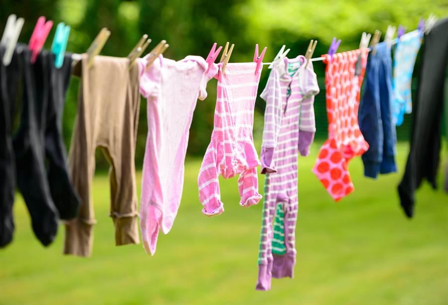 某社區公告「禁止單身女住戶裸身曬衣」網看全笑翻。  (示意圖/shutterstock)