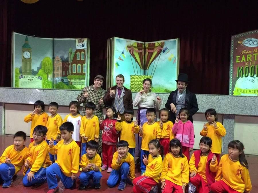 巡迴過15個國家的ArtSpot劇團,1日來到台南市西門、東興2所雙語教學國小演出《環遊世界80天》英語劇。(曹婷婷攝)