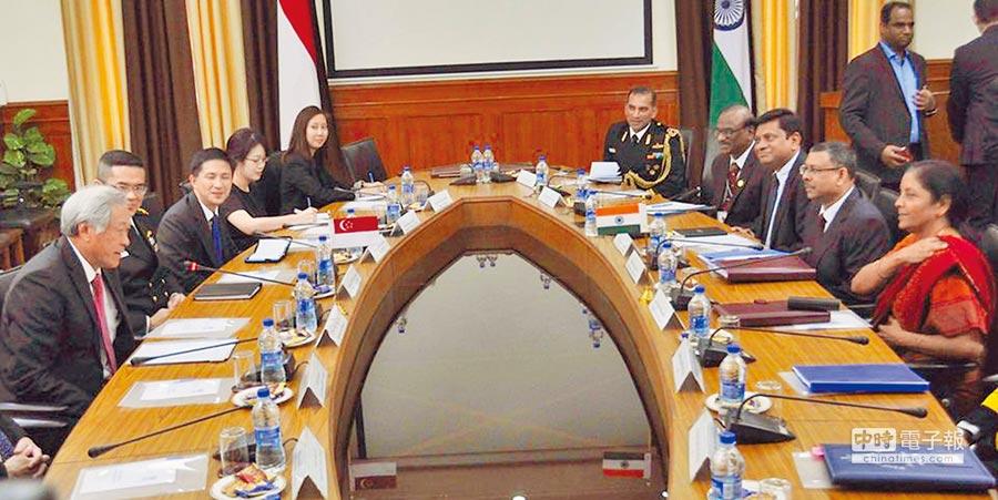 新加坡積極推動與大國的權力平衡外交,圖為新加坡國防部長黃永宏(左一)出訪印度,與印度國防部長開會的畫面。(取自黃永宏的臉書)