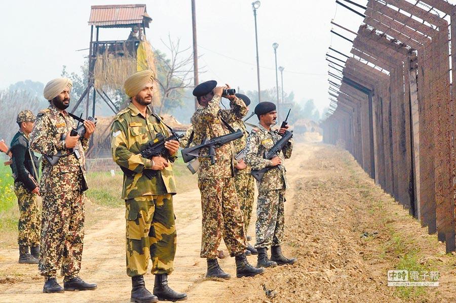 印度安全機構向中印邊境部隊下達指令,要求軍人刪除中國的APP,並將手機格式化。圖為印度邊防軍士兵在邊境地區巡邏。(取自人民網)