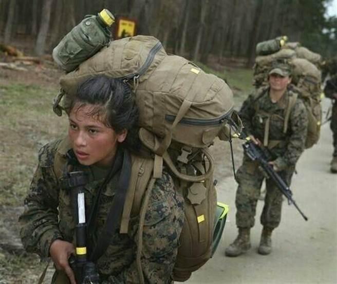 美國海軍陸戰隊女兵的訓練照,看得出女兵負重行軍挺操的。(擷取自蘭寧利臉書)