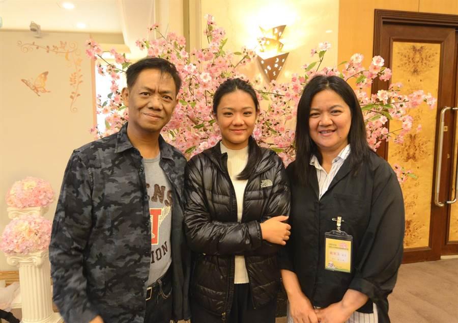 劉文吉(左起)、劉雅恩與戴美玉都強調,擔任寄養家庭收穫滿滿,也很有挑戰。(黃力勉攝)