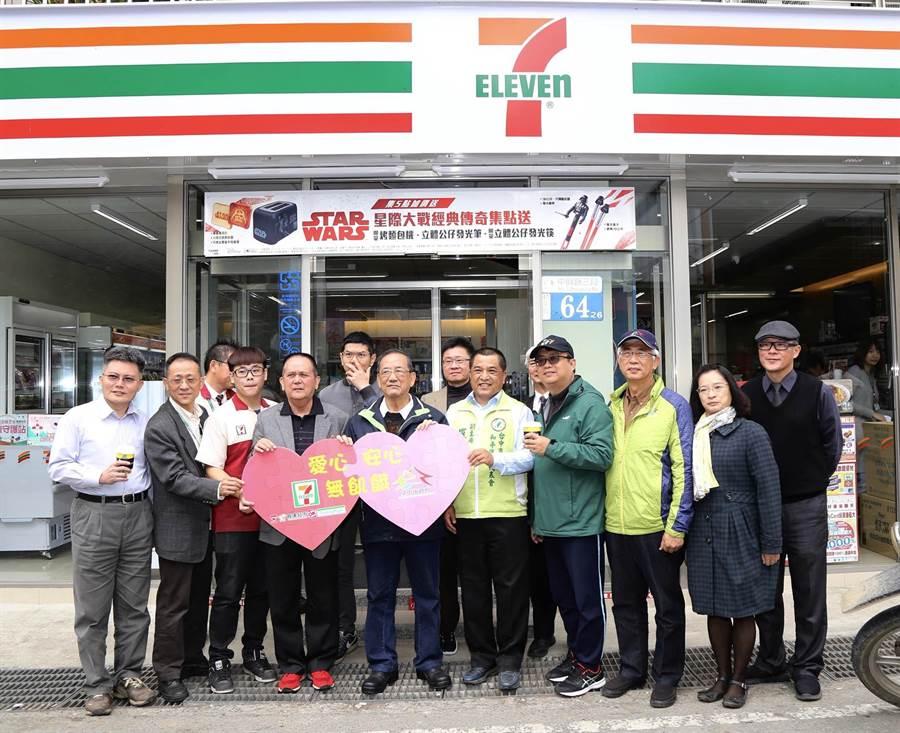 台中市副市長林陵三(中)特感謝居民與店家共同合作,促成門市誕生,再進一步提供餐券服務,守護更多偏鄉需幫助的孩童。(陳世宗翻攝)