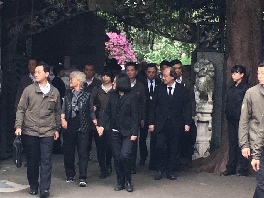 總統蔡英文3日上午低調到立委柯建銘位在新竹市明湖路的老家,向柯母柯陳彩娥靈前上香致哀。(陳育賢攝)