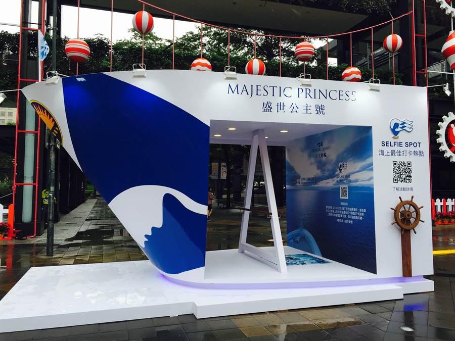 全新盛世公主號遊輪模型戶外裝置藝術坐落於台北信義香堤廣場。(圖片提供/公主遊輪)