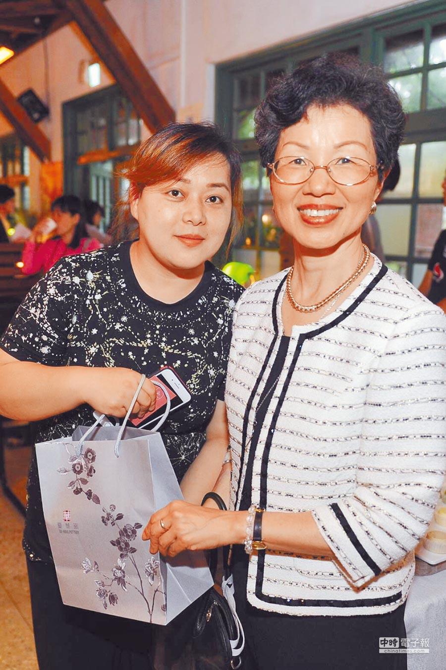 王鳳玲(前左一)來台12年,參加官田農會第二專長培訓後,成功考取多張餐飲證照,不僅開設烘焙坊,還開辦烘焙教室。(移民署南區事務大隊提供)
