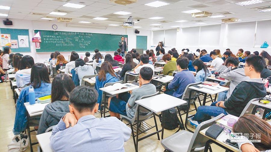 李功勤認為,若要增加學子學習中國史的熱情,必須將歷史與時事結合,增加課程的活潑性。圖為他開設的「20世紀中國風雲人物」通識課。(本報系記者李侑珊攝)