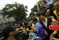 反勞基法修法 勞團三度衝撞立院 警民爆發衝突