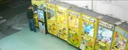 夾娃娃店出現「萬磁王」 賊用磁鐵吸走百件商品