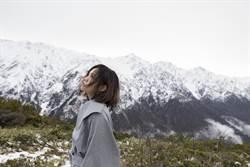 LaLa砸500萬拍MV受困山區 與男友比爾賈滯留7小時