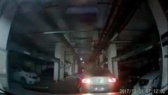 無敵「三寶姨」秀連續技 倒退撞後車再加速自撞牆