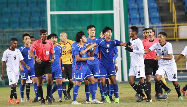 中華足協國際邀請賽,中華隊4日晚間在台北田徑場以3比0擊敗東帝汶隊,賽後與東帝汶球員列隊致意時雙方一度發生衝突,所幸兩邊球員立刻制止,未讓衝突擴大。中央社記者施宗暉攝 106年12月4日