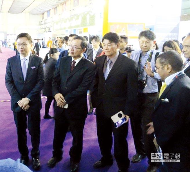 外貿協會董事長黃志芳(左一)、台水公司董事長郭俊銘(左二)、弓銓企業總經理楊崇明(左三)。圖/弓銓提供