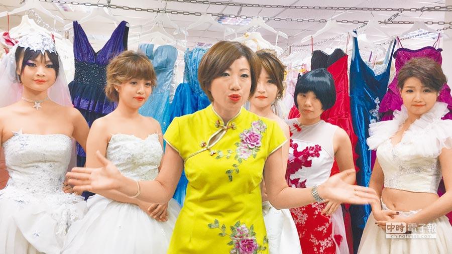 台灣形象美學協會總會長施沛潔指導學生改造新娘婚紗、禮服,展示成果。(廖素慧攝)