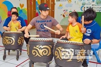 王力宏拜師男童學打鼓