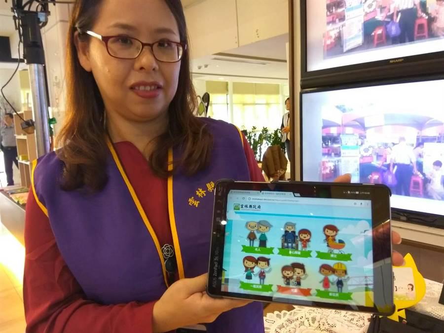雲林縣府社福e化行動由村里幹事帶著平板電腦到宅服務。(許素惠攝)