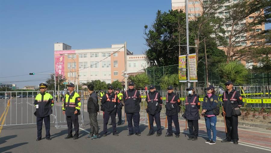 彰化縣警局共部署550名警力淨空會館周遭,員林分局長唐念舜(左起)帶領員警維持陳抗退警現場秩序。(謝瓊雲攝)