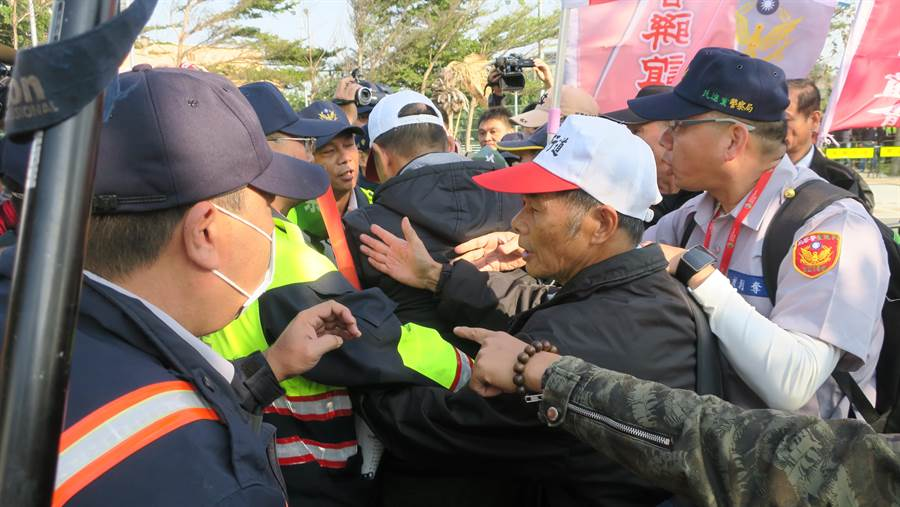一名退休警察試圖衝出警方安排的陳抗區,與員警產生推擠拉扯。(謝瓊雲攝)