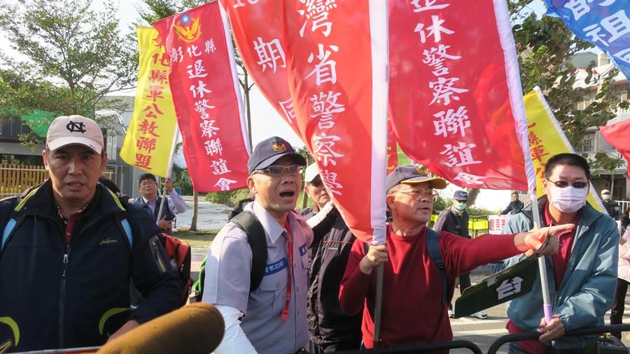 退休員警不滿大喊,「警察有什麼了不起,我以前也是警察。」(謝瓊雲攝)