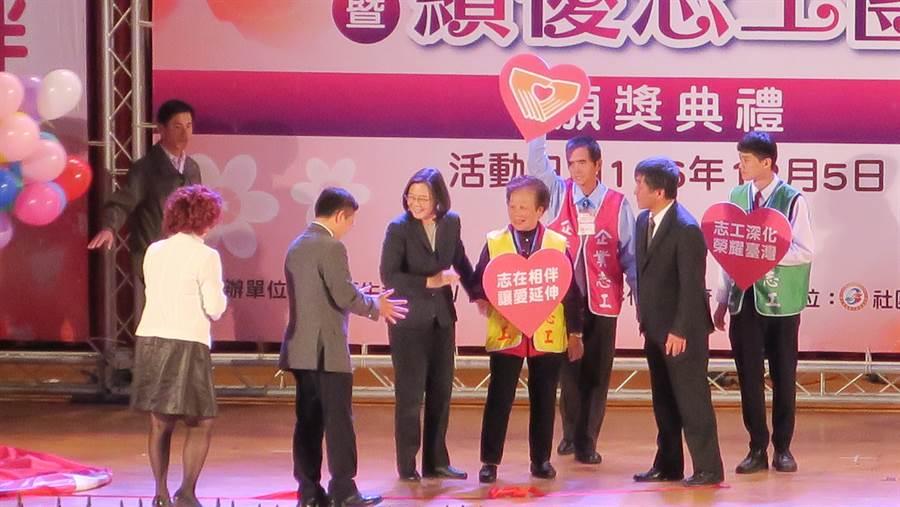 總統蔡英文主持「志工深化榮耀臺灣、志在相伴讓愛延伸」啟動儀式,並頒獎表揚績優志工團隊。(謝瓊雲攝)