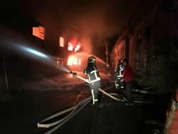 窄巷機械廠遭祝融 暗夜狂燒2小時全毀