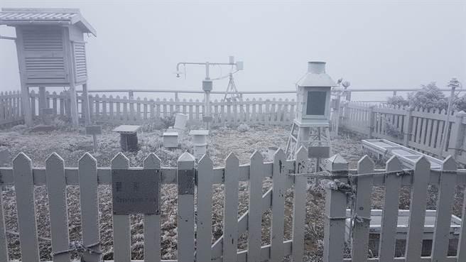 玉山下雪了!(玉山氣象站提供)