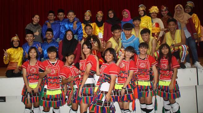 印尼大學生與旗美高中生雙方進行文化交流表演,讓彼此更加認識。 (林雅惠攝)
