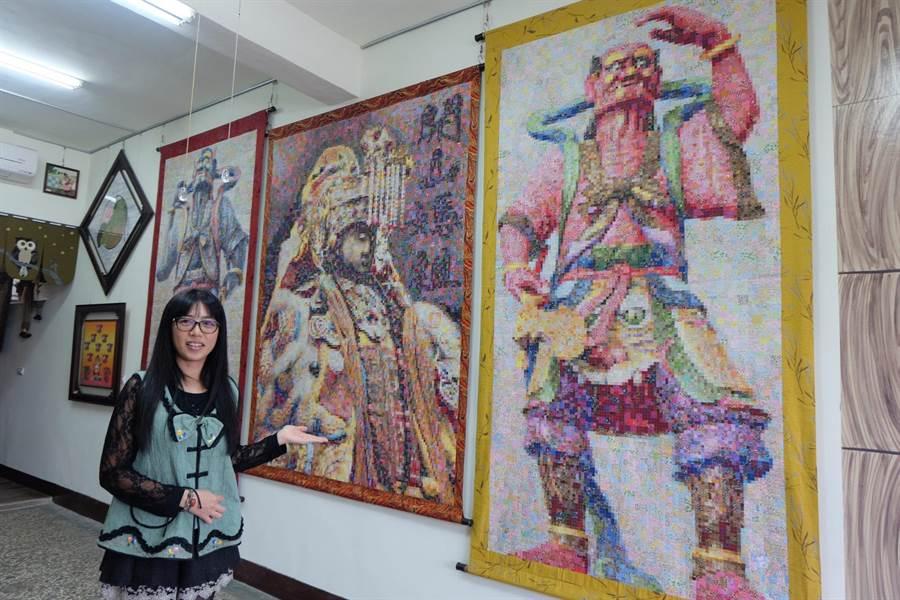 周秀惠以7萬張小碎布,拼出媽祖與千順將軍。(張朝欣攝)