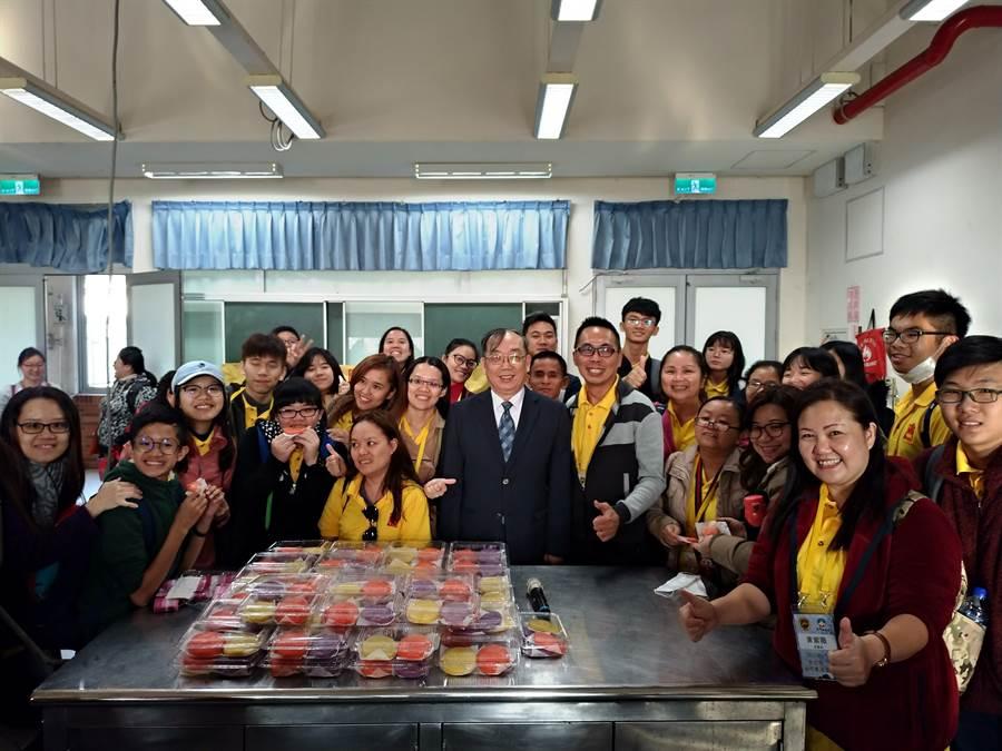 團員們在金大食品系教室製作「紅龜粿」,上了一堂最有家鄉味的課程。(金大提供)