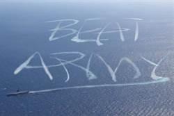 美國海軍宣教片引爭議 航艦尾流寫「打敗陸軍」