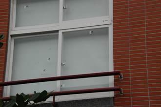 關渡國小遭BB彈射擊 教室玻璃毀損