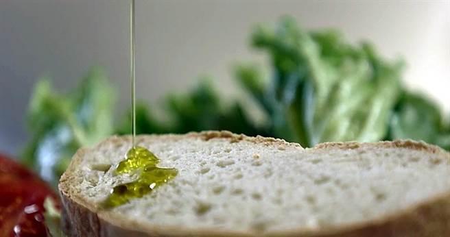 選擇橄欖油時不能只看「顏色」,而要透過嗅覺、味覺與觸感進行綜合研判。(圖/(UNASCO)