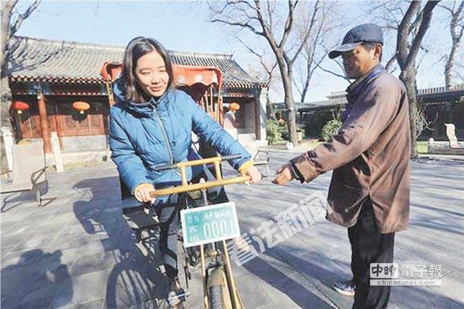 北京女孩李歌吟,成為「後海八爺」接班人。(取自看法新聞)