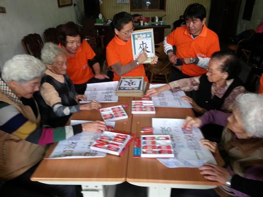 弘道彰化百歲小學堂7日結業,4名加起來365歲的小學生開心學識字。(鐘武達攝)