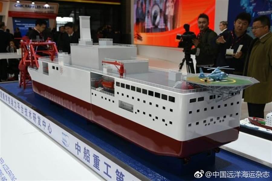 分析認為,中船重工展示的海洋核動力平臺等模型顯示,中國正為自製核動力航母鋪路。(中國遠洋海運雜誌微博)