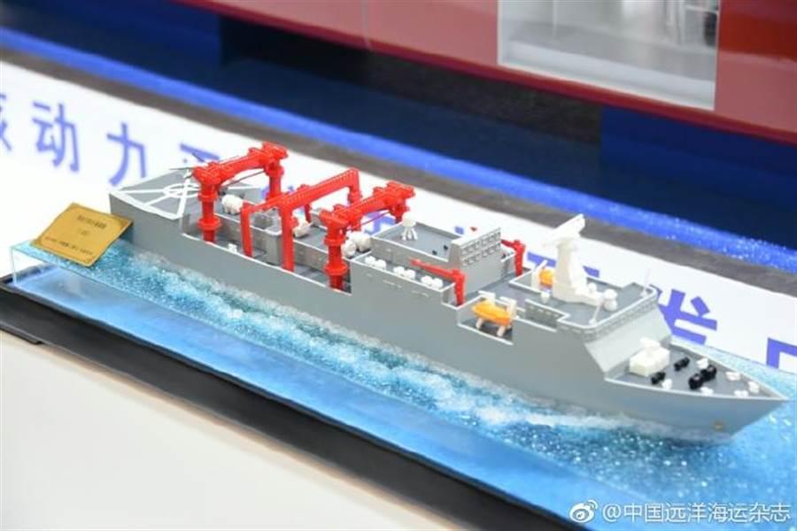 分析指出,從大型核動力遠洋補給艦的模型比例來看,它應該比現役大型補給艦排水量更大。由於它使用的是核動力,可以延長為航母編隊提供補給服務的時間。(中國遠洋海運雜誌)